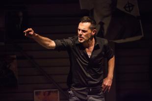 Marco Brinzi durante il suo spettacolo (foto di Lorenzo Breschi)
