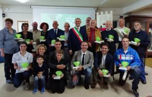 Foto di gruppo del sindaco Menesini con i premiati