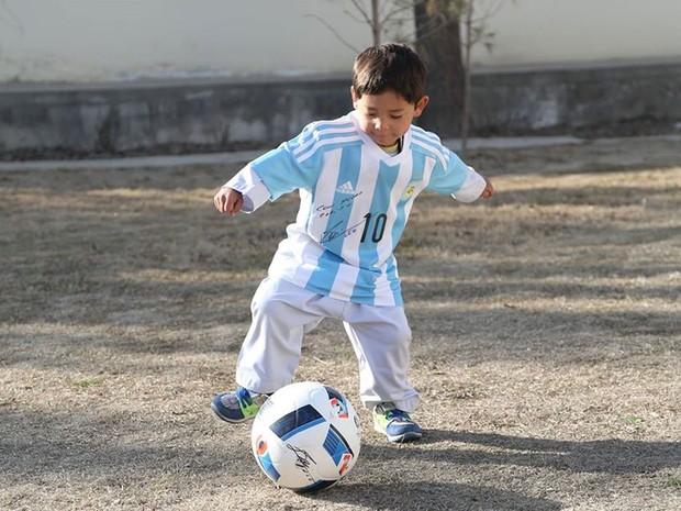Murtaza Ahmadi ganhou uma camisa e bola autografadas do ídolo argentino Lionel Messi (Foto: Reprodução/Facebook/Unicef Afghanistan)