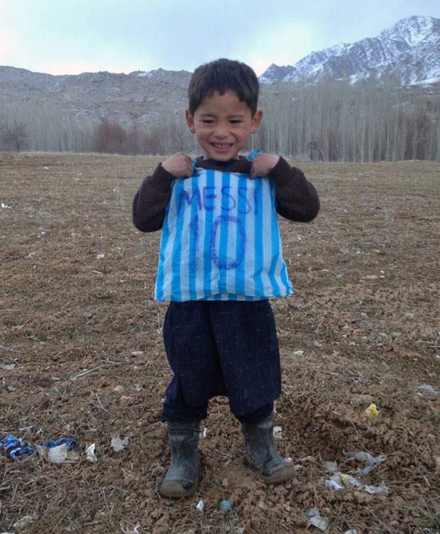 Murtaza com sua camisa improvisada antes de receber presente de Messi (Foto: AFP)
