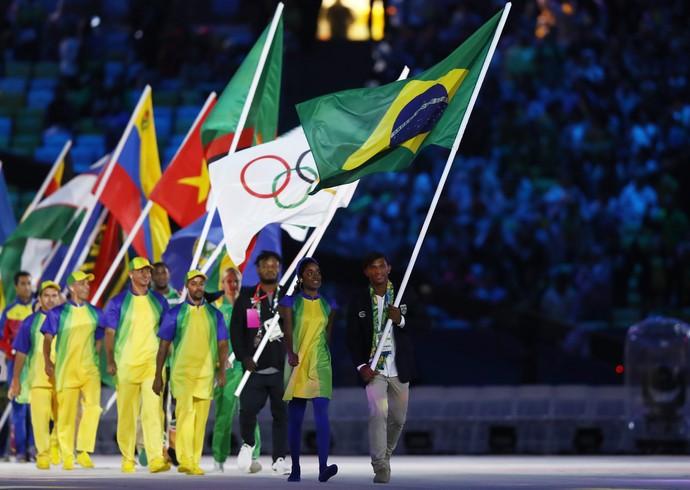 Isaias Queiroz, que conquistou três medalhas na canoagem, leva a bandeira do Brasil (Foto: Ezra Shaw/Getty Images)