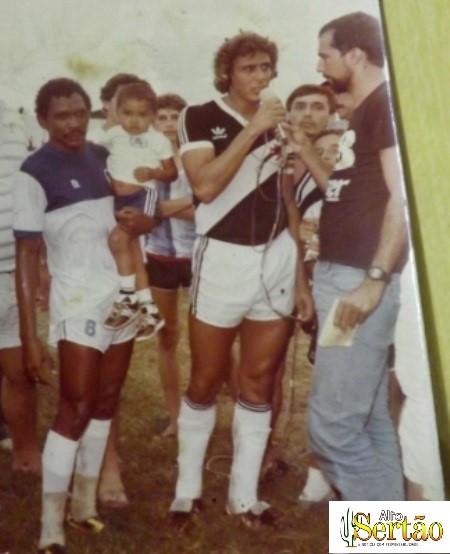 Beré com o filho nos braços, ao lado de Roberto Dinamite durante o jogo Atlético X Vasco no Perpetão