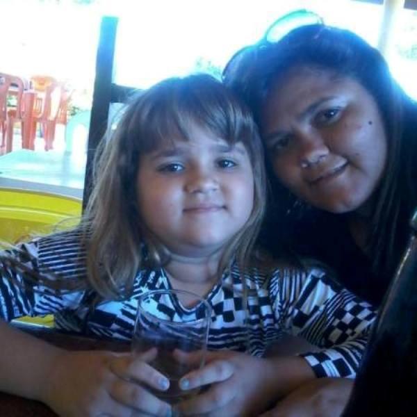 A pequena Maria Gabriely ao lado da mãe em Cajazeiras (Foto: facebook )
