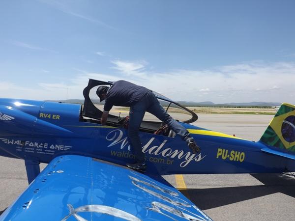 O cantor Waldonys, que também é piloto de avião e foi convidado por Deca para fazer as suas acrobacias aéreas/Fotos Beto Cézar Alto Sertão