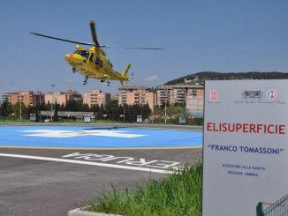 Cade dall'alto, diversi traumi, grave in ospedale a Perugia