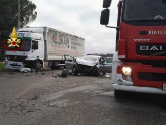 Incidente a Città di Castello, scontro tra mezzo pesante e auto, un ferito grave
