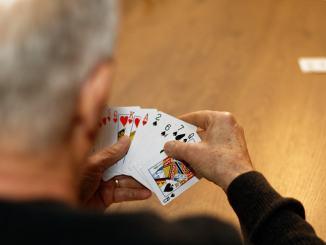 Giocano a carte e litigano, 71enne in ospedale, c'è un fermato