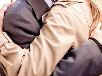 Anziano scippato al cimitero, lo abbraccia e gli ruba la collana