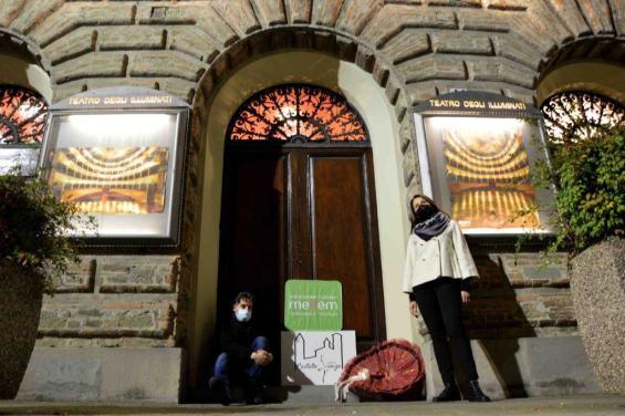 Città di Castello, teatro comunale acceso ieri sera in segno di speranza