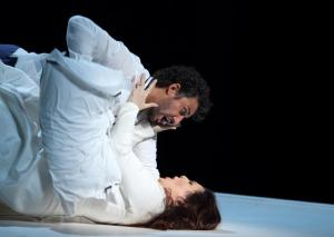 2796ashm_1194 a JONAS KAUFMANN AS OTELLO, MARIA AGRESTA AS DESDEMONA (C) ROH. PHOTO BY CATHERINE ASHMORE