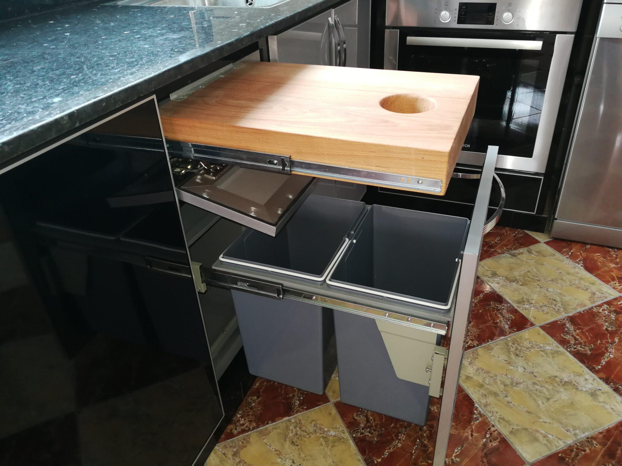 دلو النفيات المدمج داخل المطبخ
