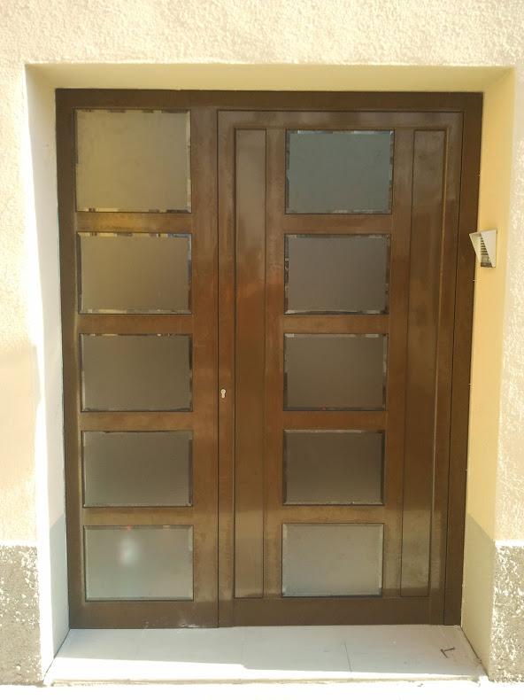 Porta d'alumini a Comarruga