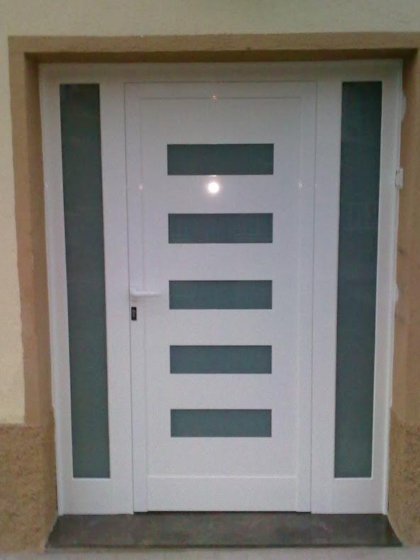 Puerta entrada diseño dos fijos en Roda de Berà