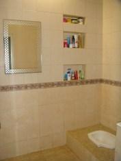 desain kamar mandi minimalis dengan kloset jongkok 0