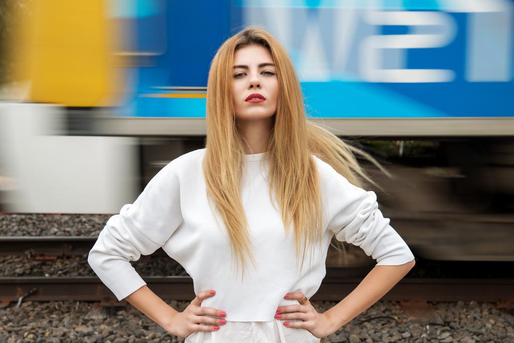 walking down albert st fashion editorial ritratto modella moda australia mellbourne fawkner artabout