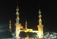 Keindahan sorot lampu Masjid Agung Tegal dilihat dari alun alun