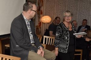 """Avgående näringslivschefen Pär Jonsson avtackades genom att kommunalrådet Helena Öhlund placerade honom på """"heta stolen"""" där han fick svara på ett 20-tal frågor av mer lättsam karaktär."""