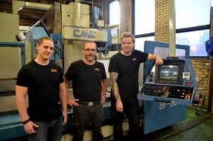 Niclas Granström, Nicklas Jadinge och nyanställde Martin Persson vid en av maskinerna i industrilokalen i Öjebyn.