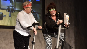 Banta med semlor. Eva Öhlund Lundström och Bitte Lundström visar hur man gör på gymmet. FOTO: STERLING NILSSON
