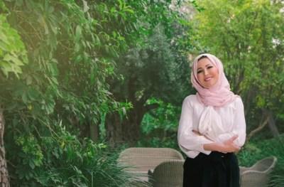 """خديجة بن قنة: """"لا مجال لترك الحجاب.. الحجاب تاجي وأفتخر به"""""""