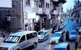 بالفيديو - فتاة اردنية تخرج من نافذة مركبة لتعتدي على أخرى