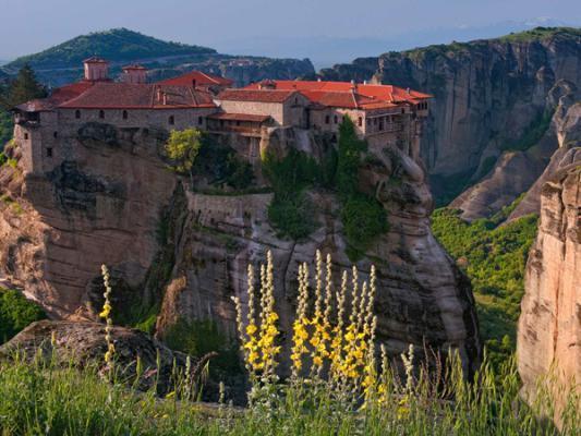 بالصور.. مدينة يونانية تفترش الأرض صخرًا