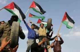 شبان يستعدون للجمعة الثالثة من مسيرة العودة الكبرى قرب السياج الفاصل الشرقي لقطاع غز