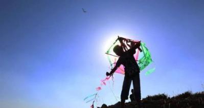 ناشطون اسرائيليون يطلقون طائرات ورقية تجاه قطاع غزة الجمعة المقبلة