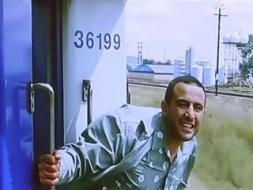 """بالفيديو  على طريقة فيلم """"أفريكانو"""".. شاب يقفز من فوق قطار وهذا ما حدث له!"""