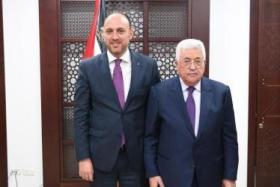 أبومازن يقرر استدعاء ممثل فلسطين في واشنطن حسام زملط