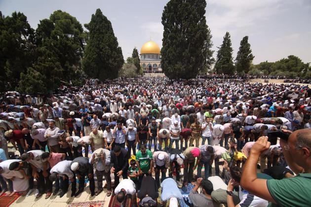989898 2 - 200 ألف أدوا صلاة الجمعة في المسجد الأقصى (صور)
