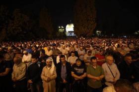 الأهالي يُحيون ليلة القدر في رحاب المسجد الأقصى المبارك