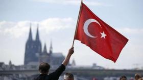 """فيديو صادم.. وزير تركي يعتدي على صحافي بالضرب لأن """"سؤاله استفزه""""!"""