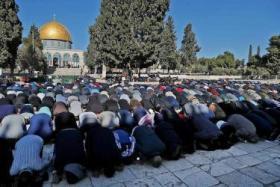 دخلوا القدس عبر الحواجز ومن فوق الجدار.. 280 ألف مصلٍ في الأقصى