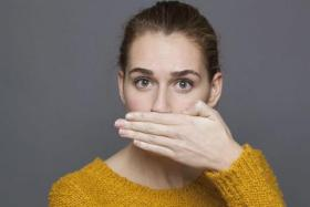 """هل يمكن علاج بروز الفك العلوي """"الضب"""" دون جراحة؟"""