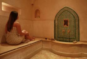 فضيحة وهلع.. عيون الكاميرات تخترق حمام نساء!