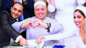 """""""المأذون الفرفوش"""" في مصر يداعب العرسان ويثير الجدل !"""