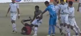 احتسب الحكم ركلة جزاء غير صحيحة فأوسعه اللاعبون ضرباً.. ثم نهض وأكمل المباراة! (فيديو)