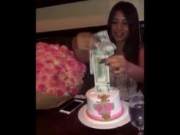 بالفيديو.. فتاة تعثر على مئات الدولارات داخل قالب حلوى