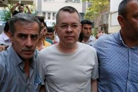 القضاء التركي يأمر بالإفراج عن القس الأمريكي برونسون
