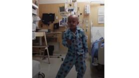 طفل يحتفل بشفائه من السرطان برقصة مؤثرة (فيديو)