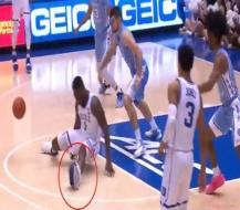 """تمزق حذاء رياضي في مباراة لكرة السلة يكلف شركة """"نايكي"""" ملياري دولار! (فيديو)"""