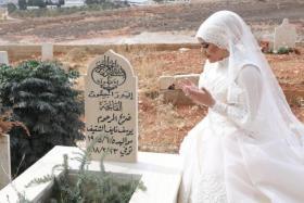 """شاهد عروس في يوم زفافها على ضريح والدها: """"كان حلمه أن يراني بالثوب الأبيض"""""""