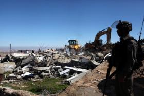 الاحتلال يجبر المواطن أيمن زرينة على هدم منزله في بيت لحم