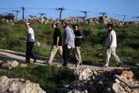 مستوطنون يحطمون مركبتين خلال هجوم على عوريف