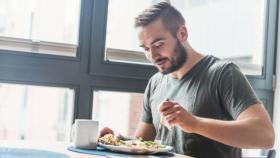 أبرزها التدخين.. 6 عادات خاطئة تجنب فعلها بعد تناول الطعام مباشرة