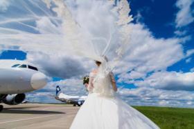 وفاة عروس على متن الطائرة خلال عودتها من شهر العسل!