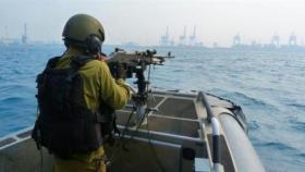 بحرية الاحتلال تعتقل صيادين اثنين وتصادر مركبهما