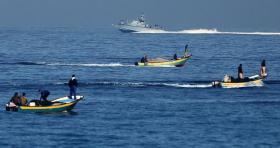 الاحتلال يعتقل صيادين ويصيب ثالثًا في بحر شمال القطاع