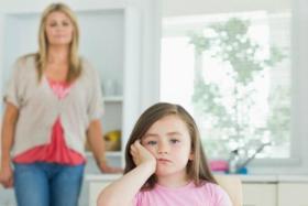 كيف تتعاملين مع مواقف طفلك المحرجة أمام الغرباء؟